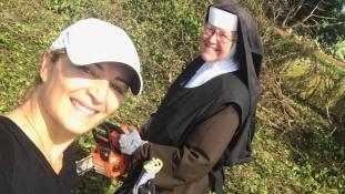 Láncfűrészes apáca hódította meg a szíveket az Irma hurrikán után