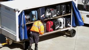 Káosz – 286 bőrönd címkéjét ragasztotta át egy reptéri dolgozó