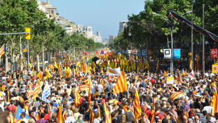 Rendőrroham után – tüntetés a függetlenségi népszavazás mellett Katalóniában