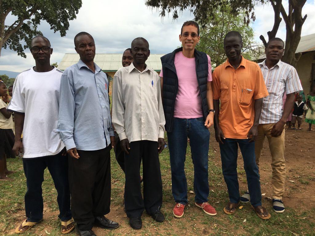 Kiss Róbert Richard a Nemba uganadai iskolában, ahova adományt is vittek a magyarok.
