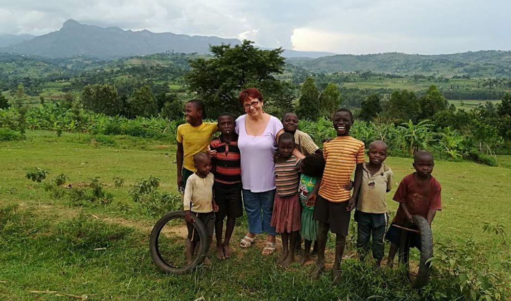 Dr. Jakkel Anna ugandai gyerekekkel.