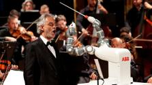 Robotkarmesterrel lépett fel Andrea Bocelli – videó