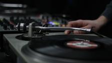 A nagyi mint DJ – videó