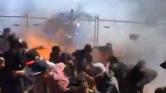A nézők közé csaptak a kigyulladt kocsi lángjai egy ausztrál versenyen – videó