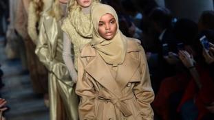 Migráns divatmodell hidzsábban – videó