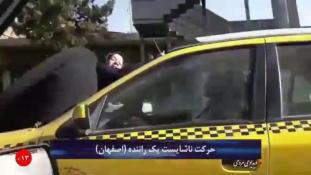 Feleségével a szélvédőn száguldozott egy iráni taxis – videó