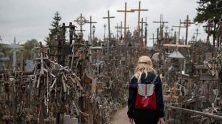 Szellemekről, csodákról és hőstettekről mesél a litvániai Keresztek hegye
