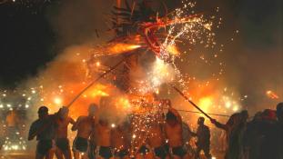 Tüzes sárkánytánc Hongkongban – videó