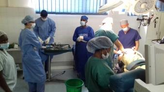 Komplikált esetek, skorpió és gulyás – a magyar idegsebészek első hete Malawiban