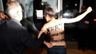 Félmeztelen feministák tiltakoztak Polanski ellen a Filmmúzeumban Párizsban – videó