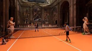 Teniszezzen Milánóban egy 16. századi templomban