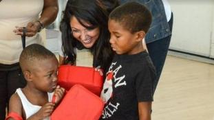 125 gyereknek csinál karácsonyt egy nő az Egyesült Államokban