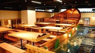 Maga foghatja ki a vacsoráját egy japán étteremben New Yorkban