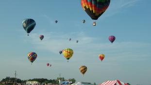 Hőlégballonos esküvő – 100 pár mondta ki a boldogító igent – videó