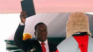 A krokodil célba ért: letette az esküt Zimbabwe új elnöke, Emmerson Mnangagwa – videó