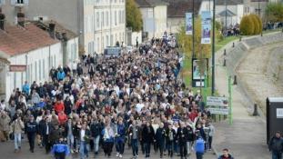 Tízezren vonultak fel a meggyilkolt futónőt gyászolva