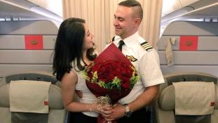 Szem nem maradt szárazon: a levegőben kérte meg barátnője kezét a pilóta