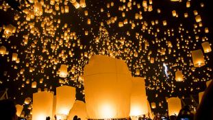 Repülő lampionok fesztiválja telihold idején – videó