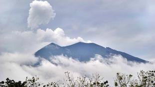 Vörös figyelmeztetés a repülőknek – füstölő vulkán Balin / videó