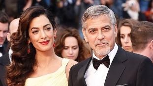 Így lepte meg George Clooney és családja egy nemzetközi járat utasait
