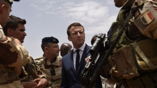 Macron elnök katonák között karácsonyozik Nigerben