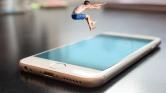 Okostelefon-függőség: évente 4.000 alkalommal oldjuk fel a készüléket ok nélkül