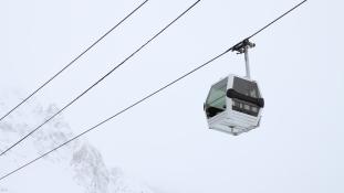 200-an rekedtek egy sífelvonóban a Francia-Alpokban