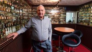 Minibárrá alakította fia gyerekkori szobáját egy férfi az Egyesült Királyságban
