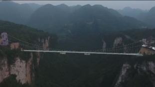 Hídavatás karácsonykor: megnyílik a világ leghosszabb üveghídja Kínában