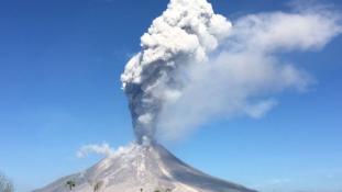 Lángok és hamueső: újra kitört a Sinabung vulkán Szumátra szigetén / videó