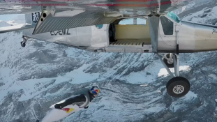Ugrás közben szállt be egy repülőgépbe két bázisugró – videó