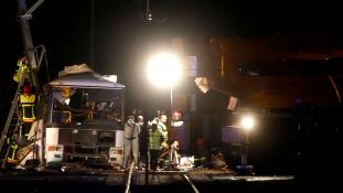 Kettévágta a vonat az iskolabuszt: hat halott – videó