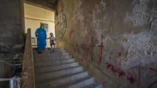 A csoportos nemi erőszak általános a börtönökben Szíriában