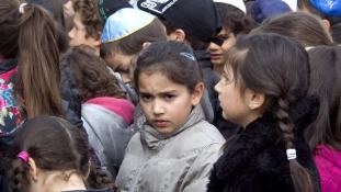 Megvertek egy kipát viselő zsidó kisfiút Párizs mellett