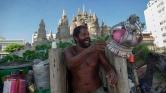 22 éve él egy homokvárban a tengerparton – videó