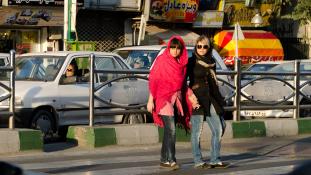 Nem veszik már őrizetbe a nőket Iránban a ruhájuk miatt