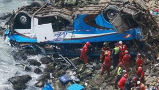 Sziklafalról zuhant a strandra egy busz – félszáz halott