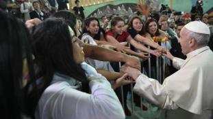 Ferenc pápa bocsánatot kért a pedofil papok miatt – videó