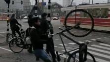 A szélvihar felkapta az embereket Hollandiában – videó