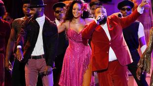 Rihanna merész ruhája a Grammyn – videó