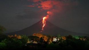 Láva ömlik a vulkán oldalán – 60 ezer embert kitelepítettek – videó