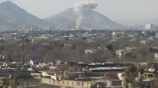 Bomba a mentőautóban, több mint száz halott Kabulban – videó