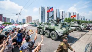 Katonai díszszemle Phenjanban a téli olimpia előtt