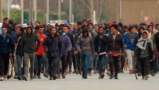 Migránsháború Calaisban, 22 sebesülttel – videó