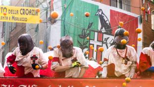 Narancsháború a karneválon – videó