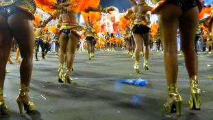 Csúcs a karneválon: felvonultak a szambaiskolák sztárjai – videó