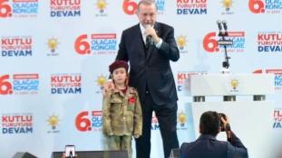 Erdogan és a katonaruhában öltöztetett kislány – videó