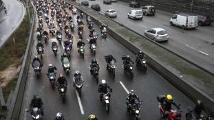 Motoros tüntetés Párizsban – videó