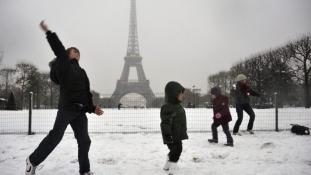 Több százan aludtak az Orly repülőtéren a nagy hó miatt Párizsban