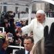 Bár vannak saját profiljai, bajban van az internettel Ferenc pápa